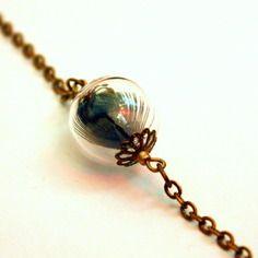 Envoi offert : bracelet plume irisee, bulle de verre contenant une plume de paon