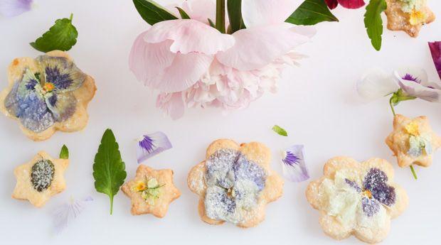 Съедобные цветы: украшаем десерт по-весеннему - Что может быть изысканнее засахаренных лепестков на вашем любимом десерте? Создать это съедобное украшение в домашних условиях намного проще, чем может показаться на первый взгляд. Особенно, если свой проверенный