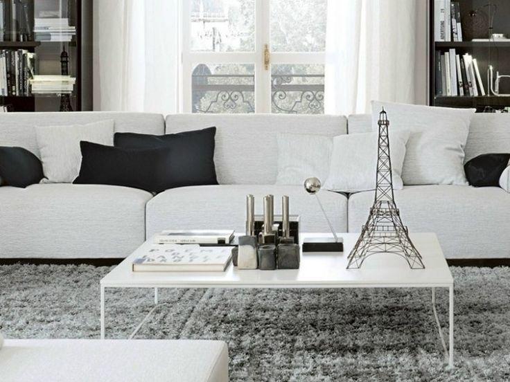 table basse blanche en forme rectangulaire et canapé droit