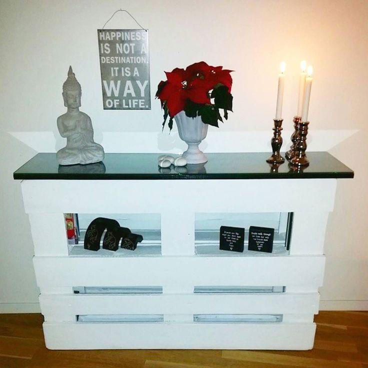 It's AMAZING how many diffrent furnitures you can build with some pallets! Adinastyle#heminredning#handgjord#homemade#inspiration#homedetector#lantlig#lastpall#lastpallaristheshit#bohemic#bohem#flowers#blommor#heminredning#swedishgirl#påhittig#handmadewithlove#shabbychic#shabbychicdecor#buddah#tavlamedtext#drömhem#pallet#countrystyle#shelf#furniture by adinastyle