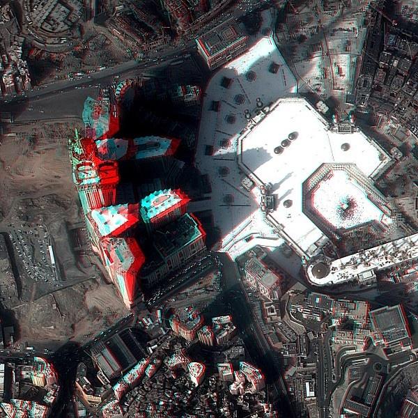 Le cinéma véhicule souvent des idées fausses sur les satellites d'observation, par exemple lire la plaque d'immatriculation d'une voiture. Ce n'est pas encore possible, …  Voilà cependant un exemple d'image réelle qui contredit presque ce que j'écris : lire l'heure sur une horloge depuis un satellite en orbite !  Même sans les lunettes 3D, on parvient aisément à lire l'heure la Makkah Clock Royal Tower, la plus haute tour de l'Abraj Al Bait Towers. Pléiades offre un niveau de détail…