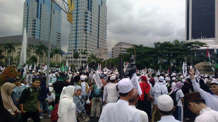 Dilarang Demo di Istana Peserta Aksi 313 Berorasi di Bundaran Patung Kuda  Aksi 313: Dilarang Demo di istana Peserta Aksi 313 Berorasi di Bundaran Patung Kuda. (Foto: EZ/salam-online)  JAKARTA (SALAM-ONLINE): Aksi Bela Islam 313 yang digelar bada Jumat 31 Maret 2017 hanya dibatasi sampai depan Patung Kuda di persimpangan antara Jalan Medan Merdeka Selatan dan Jalan Medan Merdeka Barat.  Meski dibatasi hanya di Patung Kuda pantauan Salam-Online pengamanan telah dipasang di sekitar Istana…
