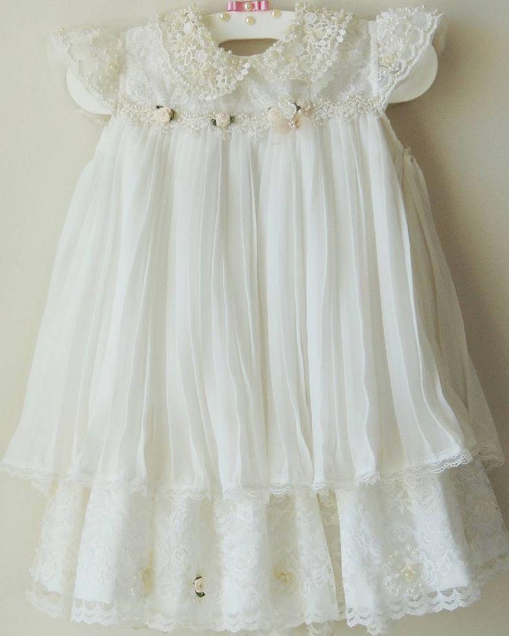 Quem ama plissado??? ☝☝☝Batinha linda para as pequenas princesas em tecido plissado com renda e bordado em pérolas. Uma fofurice só #bellemalu #atelieinfantil #colecaofesta #batizado #dress #modakids #maedemenina #maedeprincesa
