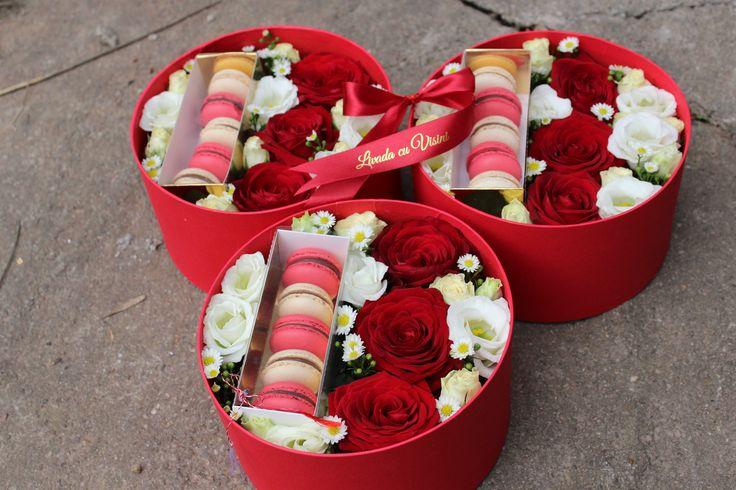 Cutie cu flori si macarons dimensiune standard 20 cm. Pentru alte dimensiuni, la cerere #madewithjoy #paulamoldovan #livadacuvisini #cutie #cadou #flori #macarons #gift #giftbox #flowers #box #flowerbox #flowersbox #flowersinabox cutiecuflori #floriincutie