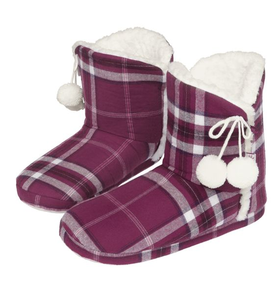 Help someone enjoy relaxing winter evenings with these super soft booties of the Triumph Everyday Homewear series.