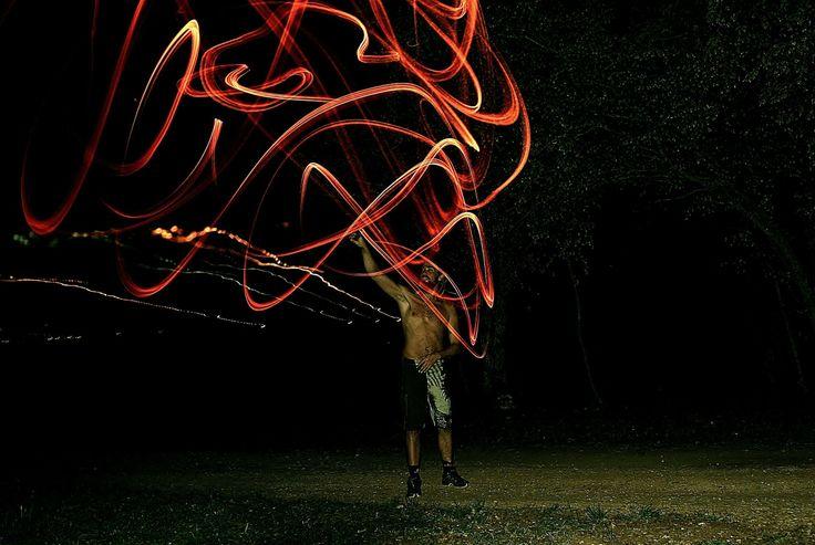 dansen met vuur: Maak stokjes met rode, gele en oranje crêpe ppier en doe er grote motoriek schrijfdans mee in thema vuur!