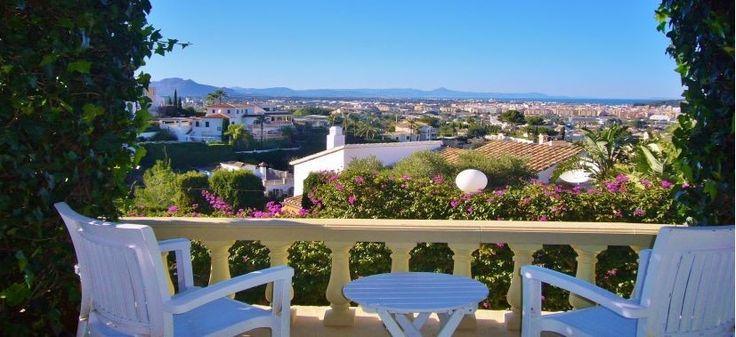 Atemberaubende Villa in Denia/Spanien neu im Vertrieb. Der unverbaubare, faszinierende Blick auf das Meer, die Stadt und die Berge spricht wahrlich für sich. Auch der Weg zum Strand ist in wenigen Minuten zu Fuß erreichbar. Diese und weitere Angebote zu spanischen Ferienimmobilien finden Sie unter: http://www.ott-kapitalanlagen.de/immobilien-spanien.html