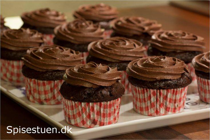 Jeg elsker chokolade! Jeg køber chokolade hos min yndlingschokolade-pusher emilschokolade.dk – en virkeliglækker butik. Chokoladen i disse muffins er Callebaut 58%, og den er i små knapper. …