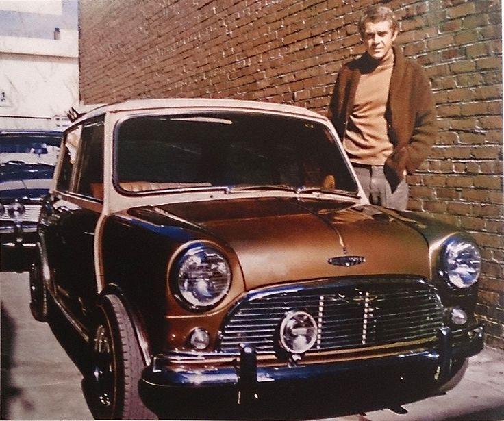 """La plus petite des machines à quatre roues de Steve McQueen fut cette Mini-Cooper S de 1967. Cette photo fut prise à l'atelier de carrosserie de Lee Brown à Hollywood, quand l'heureux propriétaire vint en prendre livraison après une peinture et quelques retouches. Brow précise que l'unique longue-portée fut une """"idée purement McQueen"""". © Photo by : Lee Brown"""
