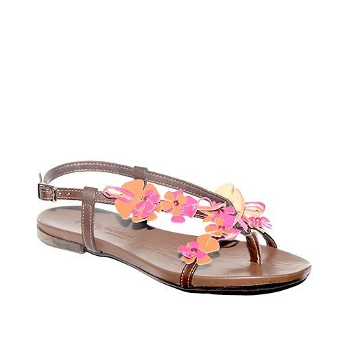 Sandalino basso a infradito,con fiorellini decorativi sul collo del piede in vernice arancione e fucsia.
