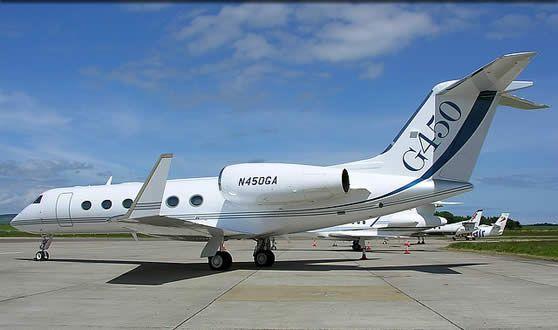 Gulfstream G450 ( 10 - 14 plazas ) Son magníficos jets intercontinentales de negocios con una cabina amplia configurada para transportar entre 11 y 15 pasajeros en un confort insuperable. Este elegante avión privado está equipado con todos los servicios que puedan llegar a desearse.