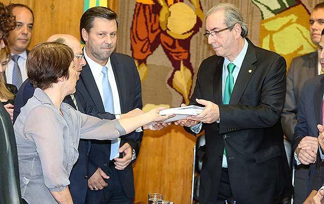Eduardo Cunha recebe das mãos de Maria Lúcia Bicudo (filha de Hélio Bicudo) o pedido de impeachment contra Dilma Rousseff