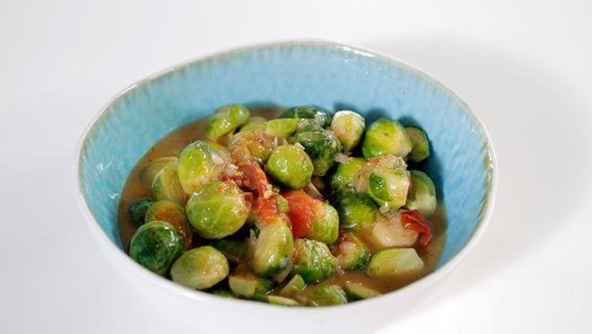 , daun salam, trassi en sambal oelek in de pan. Roer dit goed door.  Meng de spruitjes in de pan. Snijd de tomaat in 4 partjes. Voeg de...