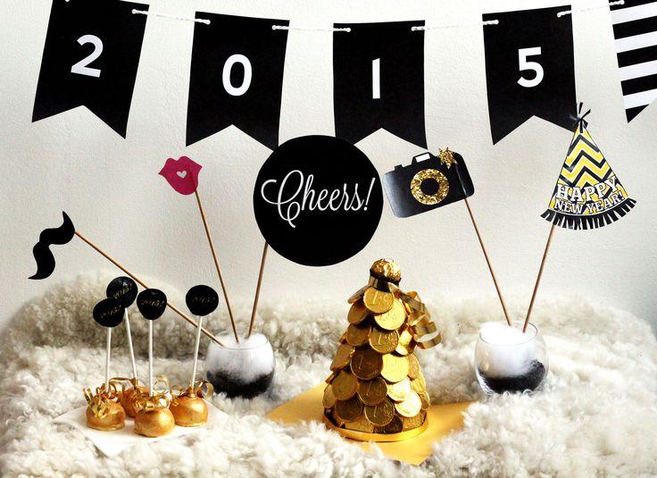 Sweet table Silvester 2015: goldene Cake Pops, goldener Schokomünzen Baum, Girlande, Photobooth