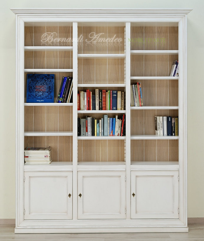 Libreria colorata bianco avorio con anticatura, in legno massello, schienali in rovere sbiancato.