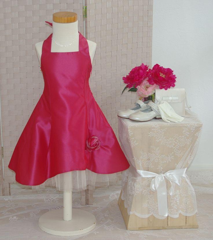 Model Estelle in de kleur framboos. Een prachtig jurkje van taft. Op de rug zit een veter om aan te snoeren. Erg mooi voor een bruidsmeisje. bruidskindermode.nl. Trouwen, bruiloft, huwelijk, bruidskinderen, bruidsmeisjes, bruidsmeisjesjurk.