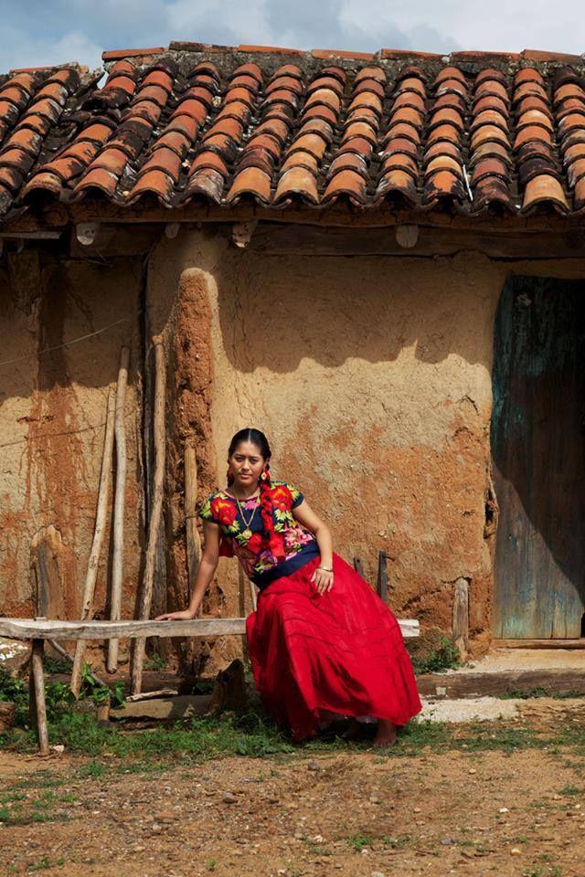 Oaxaca desde adentro.  Fue en la casa del que se fue, allá anca Doña Lupita, la que hace el pan en su horno de leña, el día en que llegaron las noticias, fue el día en que se fue.  Foto y texto: Diego Huerta Photographer
