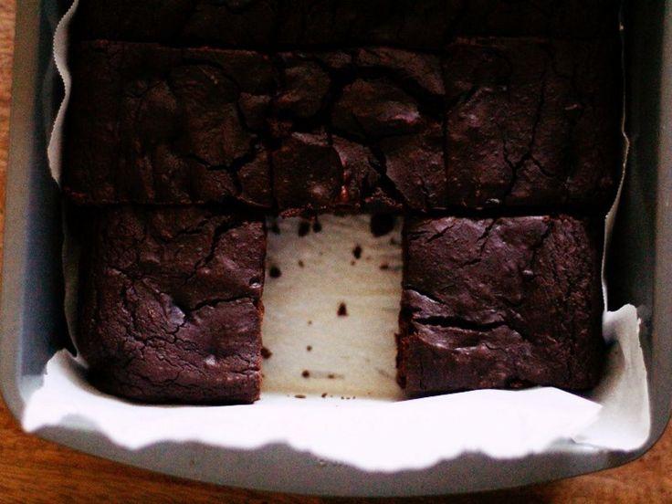 Předehřejte troubu na 175 stupňů. Rozmixujte černé fazole na hladké pyré (pokud necháte větší hrudky mohou být cítit), poté jej nasypte do misky, do které přidejte tuk a čokoládu. Aby se vše smíchalo, vložte na chvíli do trouby (minutu, nebo dvě), nebo mikrovlnné trouby. Přimíchejte cukr, vanilku a len (případně sůl).Vmalé misce promíchejte mouku, kakao a kypřící prášek. Promíchanou směs…