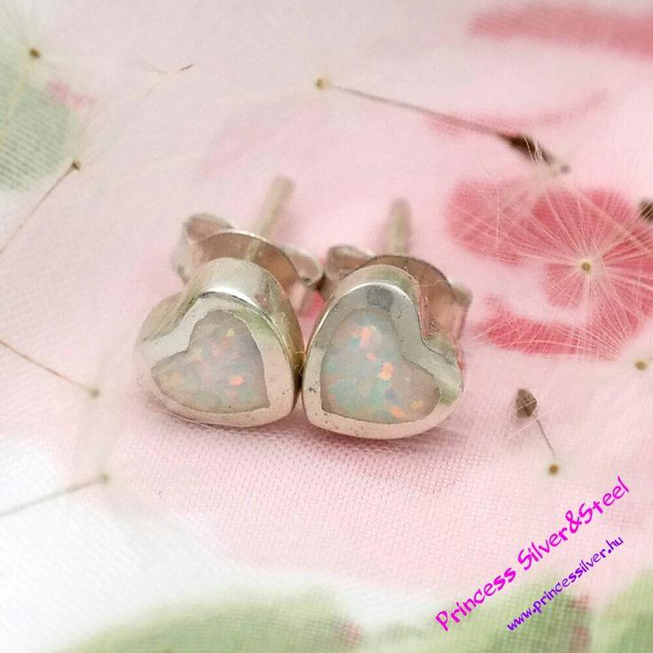 Ezüst szív, fehér szintetik- opál kővel. www.princessilver.hu
