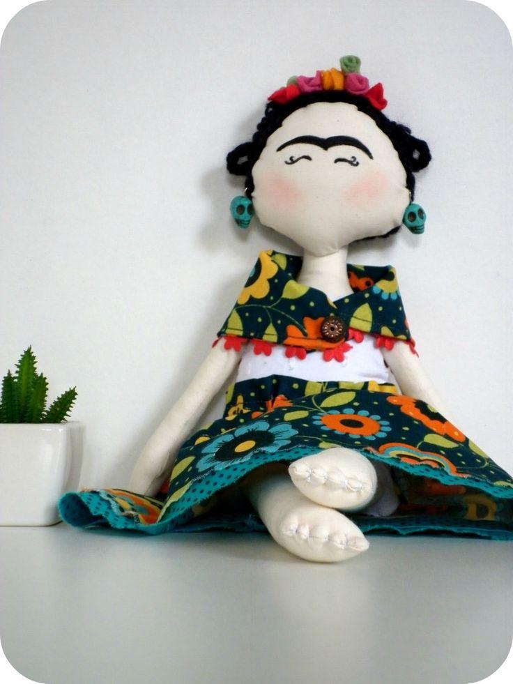 """Olhei: era uma explosão de cores primárias, brilhantes, exageradas. Era uma das dezenas de auto-retratos de Frida Kahlo. Amarelo, vermelho, verde, lilás. <br>Boneca de pano, feito sob encomenda! <br>São confeccionadas em tecido 100% algodão (tricoline) com enchimento de fibra siliconada. <br>Dúvidas sobre estampas, detalhes de produtos ou mesmo sobre a compra entrem em contato através do """"CONTATAR VENDEDOR"""". <br>*Os produtos só serão enviados após a aprovação do pagamento e seu tempo de…"""