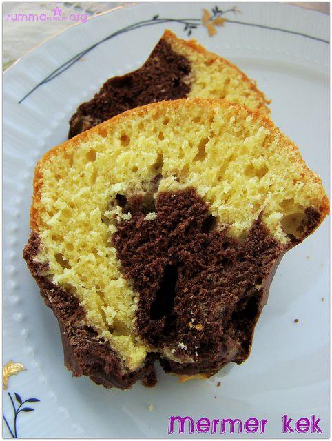 Tarifi yemekşenliği.com da gördüm. Adına layık bir kek oluşundan mıdır yoksa , un ölçüsü olarak kullandığım bardağı biraz büyükçe mi tuttum bilemiyorum , alışkın olduğum ve son zamanlarda denediğim keklerden biraz daha sertti doku olarak… Tarifi aynen aktarıyorum…:) Malzemeler: 100 g katı yağ 1,5 su bardağı toz şeker 3 yumurta 1 paket vanilya 1 paket …