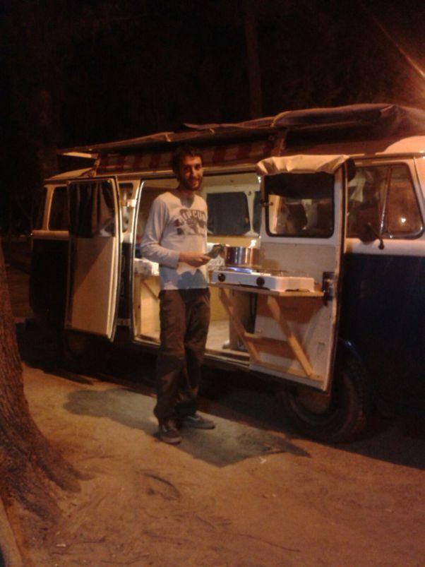 El proceso para empezar a transformar la Kombi en nuestra futura casa comenzó por vaciar la camioneta por completo, sacamos las dos tiras de asientos que traen originalmente las T2-Microbus, las …