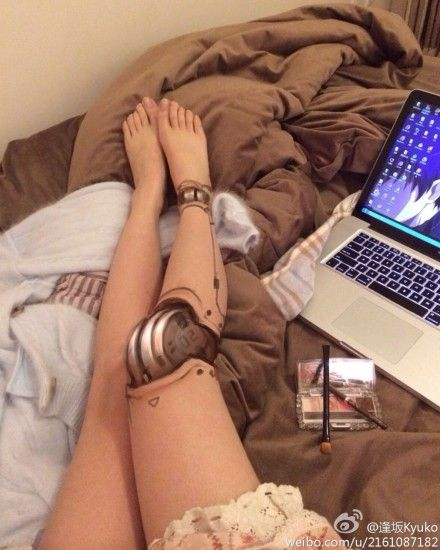 Robot Leg Made Entirely From Makeup. Girl, you need to get your talented ass to Hollywood.