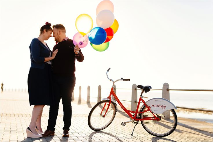 Bicycle and balloons couple shoot. Engagement shoot photo ideas. Sea Point couple shoot. Cape Town Wedding Photographer.