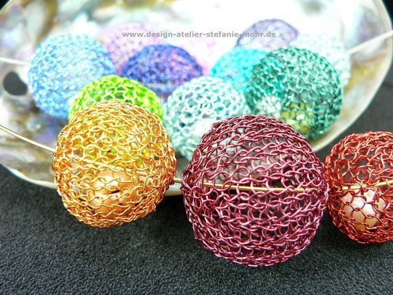 """Halsreif mit gestrickten """"Kugeln"""" aus Draht mit Süßwasser-Perlen, verschiedene Farb-Kombinationen"""