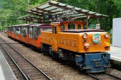 全国の観光地を走るトロッコ列車のなかでも有名なのが富山県黒部市の黒部峡谷鉄道 日本で最も深いと言われる北アルプスのV字の峡谷に設けられた20.1kmの路線を進むトロッコ列車として多くの観光客が世界中から訪れます もともとは黒部ダムで有名な黒部川流域の電源開発のため資材を運ぶ目的で敷設された路線なんだけどその後は一大観光地として有名になりました 特に秋の紅葉シーズンに乗るとおすすめですよ tags[富山県]