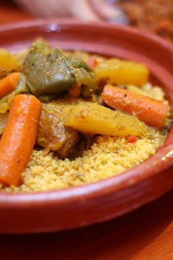 """クスクスは北アフリカや中東でよく食べられている""""世界最小のパスタ""""であることをご存知ですか?クスクスは100gあたり約112kcalとカロリーも控えめです。お腹に入ると膨れるので、満足感も得られるとっても助かる食材なんですよ。"""