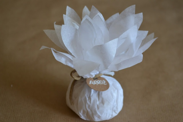 Paquetes de arroz en tu boda. Dalias de arroz. Puedes ver el tutorial en http://divinopresente.blogspot.com.es/2012/07/tutorial-dalias-bolsitas-para-el-arroz.html www.divinopresente.com