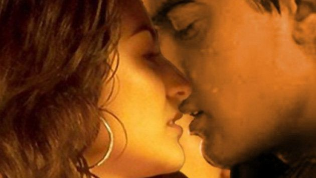 Aamir and Anushka's long kiss in Peekay | Watch the video - Screen India