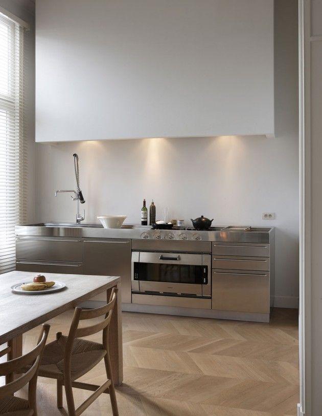 Cuisine tout inox - l'idée du grand coffrage au-dessus du plan de travail, avec un éclairage intégré, est intéressante si on n'a pas besoin de rangements supplémentaires....
