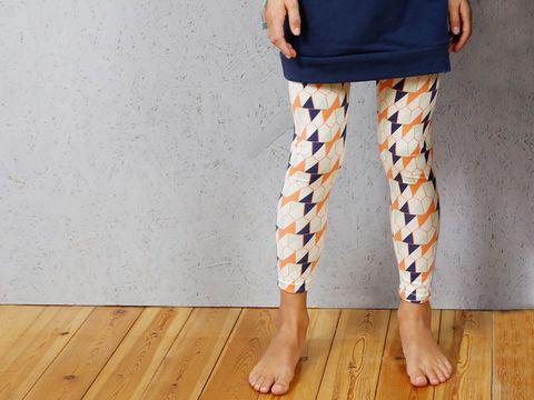 Ce legging est si vite cousu que tu ne voudras plus jamais aller en magasin. Rieke est en outre très confortable et peut être porté en toute circonstance! En tant que pantalon de pyjama, pantalon de sport, sous un vêtement ou même faisant partie d'un déguisement de carnaval Rieke a déjà trouvé le chemin de nos garde-robes.  Nous sommes sûrs qu'à ce propos il te vient encore quelque chose à l'esprit. Avec des tissus à motifs, tu peux donner à Rieke ton look personnel ; en uni il s'accorde à…