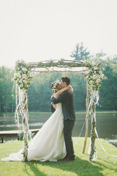 Un zoom d'une arche mariage élégante avec des fleurs en blanc