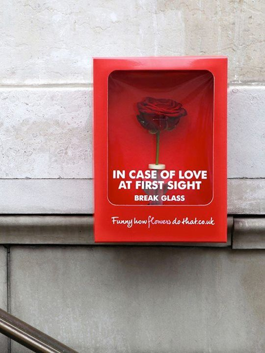 """In case of love at first sight break glass - Guerriglia Strette Ambient Marketing  """"In caso di amore a prima vista rompere il vetro"""". Attività realizzata da """"la joie des fleurs"""" con 1.500 scatole rosse installate a Parigi. -"""