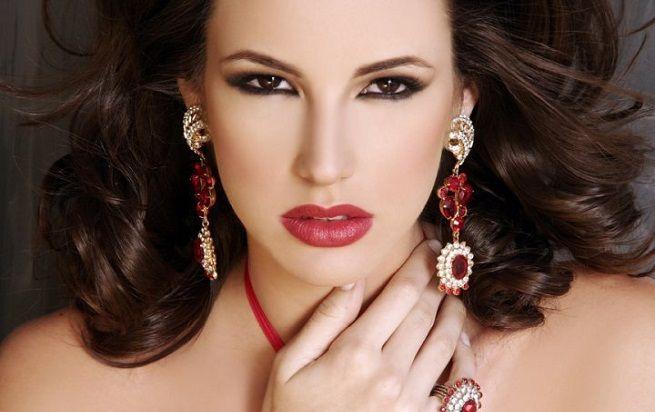 Como Maquillarse para Parecer más Joven. El maquillaje es muy importante, especialmente en la mayoría de las mujeres. Por eso, es muy recomendable querealicemosun maquillaje adecuado. El maquill