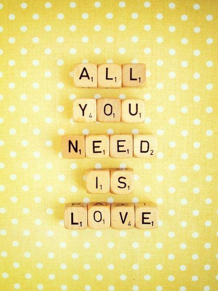 Tous vous avez besoin est amour photographier. Tirage d'Art mural. Fine Art Photography. Photographie de Scrabble. Jaune blanc. Polka Dots. Décoration pour la maison. Format A4