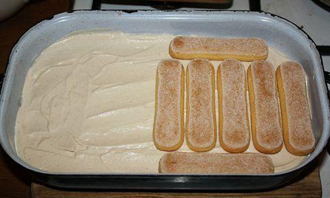 Sastojci:  1 veće pakovanje piskota  2 d l jake nezaslađene kave  250 g Mascarponea  300 ml tučenog slatkog vrhnja  1 vanilin šeć...