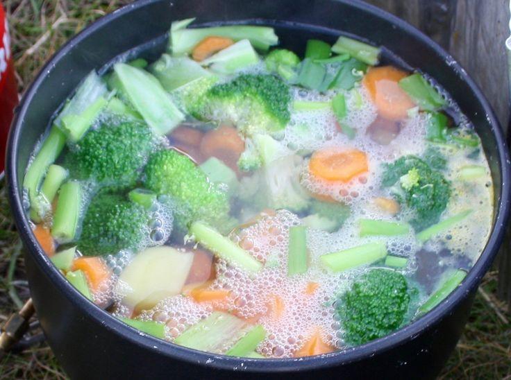 Grønnsakssuppe med kjøttboller og pannestekte speltbrød