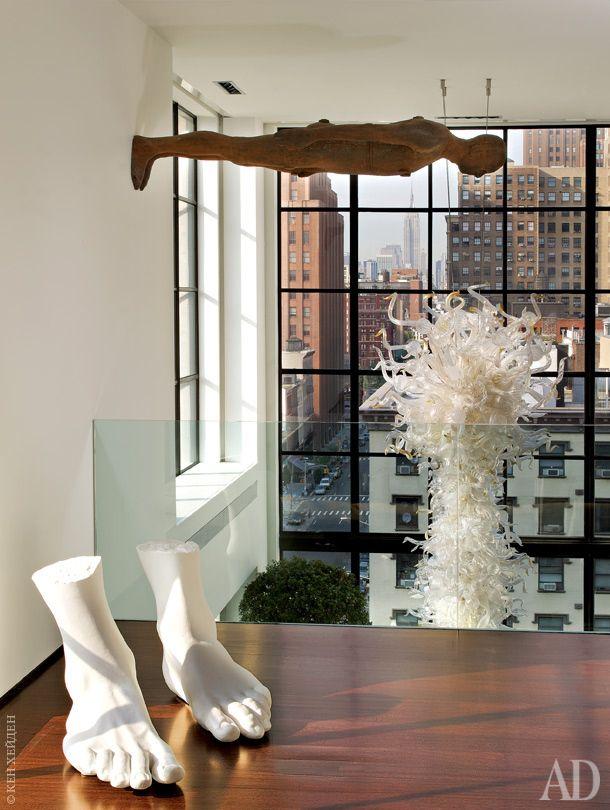 Под потолком последнего этажа — скульптура Энтони Гормли. Люстра, дизайнер Дейл…