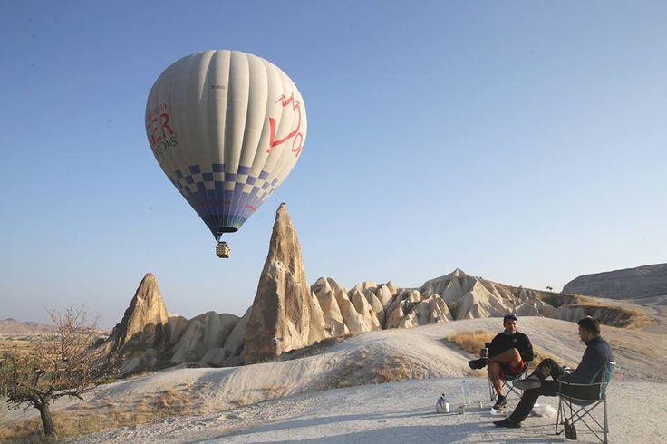 Türkiye'nin önemli turizm merkezlerinden Kapadokya'da, bölgeye gelen turistler sabahın ilk ışıklarıyla birlikte sıcak hava balonları ile tarihi ve turistik yerleri gökyüzünden izleme fırsatı buluyor.