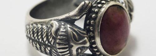 Joyería Arqueológica -  También fueron hábiles artesanos, como los que pintaban sobre jarras de cerámica a imitación de los modelos griegos, y excelentes joyeros y metalúrgicos, destacando sus espejos de bronce grabados