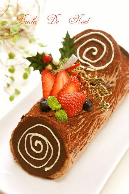 共立てロール生地で作るブッシュドノエル。クリスマス気分を盛り上げてくれるケーキです。
