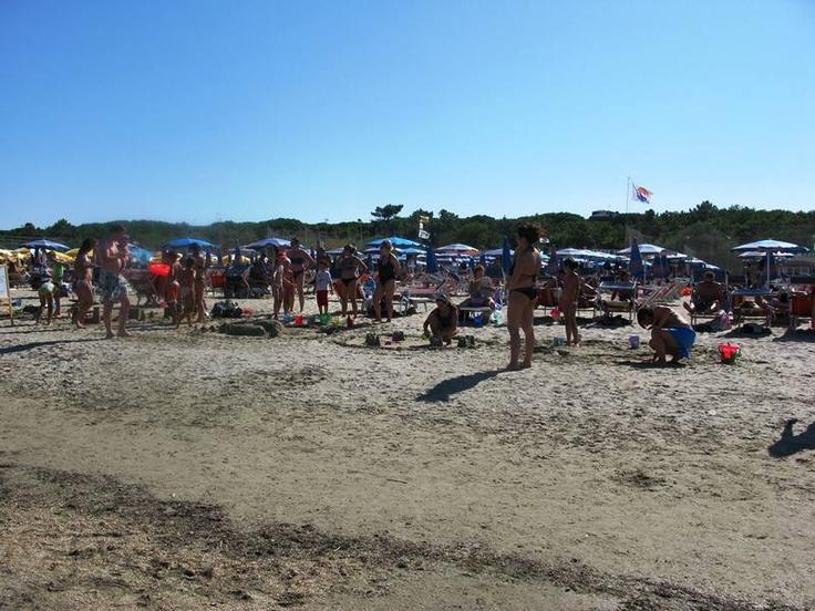 La spiaggia del Bagno Franco il giorno della gara dei castelli di sabbia