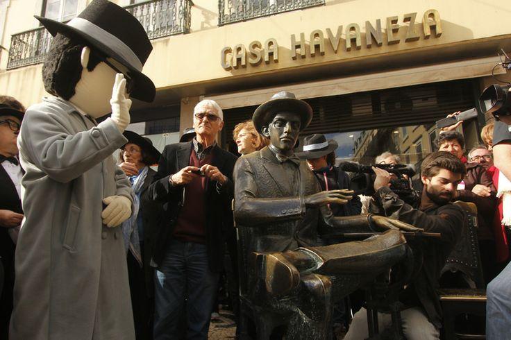 Fãs de Fernando Pessoa homenageiam o poeta. Foto: Priscila Roque/ Cultuga