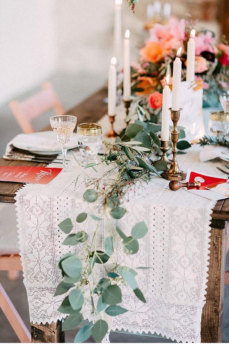 Naturverbunden, romantisch und gemütlich. Eine Bohémian-Tischinspiration, die rustikale Romantik elegant mit Boho-Chic verbindet. - dafür benötigt: Spitzen Tischdecke, hohe Kerzenständer in metallic, bunte Blumen und eine großblättrige Pflanze. Dazu Holzelemente kombinieren, z.B. Tisch aus Naturholz.