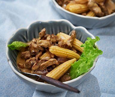 Bjud familjen på en smakfull måltid med inspiration från Asien. I det här receptet steks rödlök och strimlad biff för att sedan blandas ihop med söt sweet chili och krämig kokosmjölk. Med minimajs och en skvätt soja så blir grytan riktigt god när den serveras med nykokt ris.