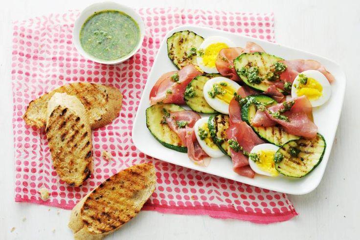 Deze salade heeft het gewoon. Rookvlees, smeuïg eitje, gegrilde courgette en daaroverheen rucolapesto. Die gaan we nog heel vaak maken - Recept - Allerhande